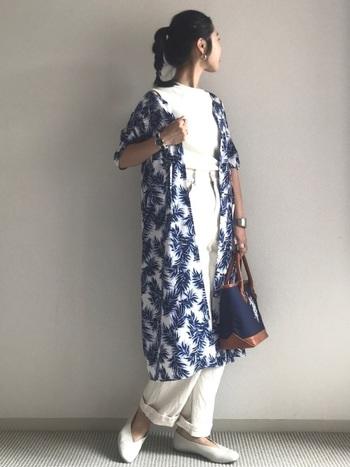 白+白コーデだからこそ映えるのが柄物の羽織りです。すっきりとした優雅さをあらわすことができています。