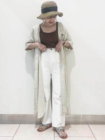 ハイウエスト気味で履いた白パンツにロングシャツワンピを合わせて、スタイルよく見せています。リゾートはもちろん、街歩きにもよく似合う白コーデです。
