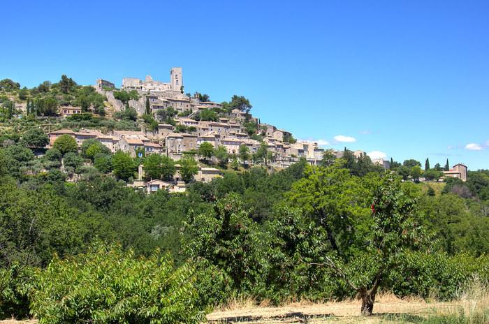 人口わずか400人のラコストは小高い丘に築かれた小さな村です。ここは18世紀にマルキー・ド・サド(サド侯爵)が領主として統治していた村として知られています。
