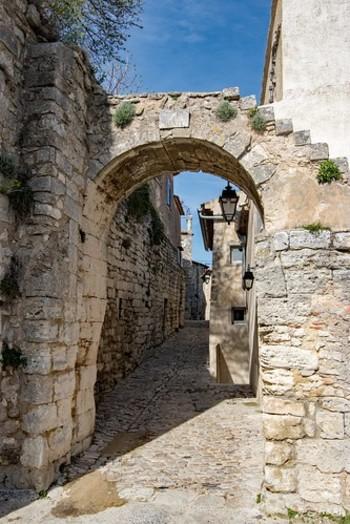 村の入り口には可愛らしいアーチ状の門があります。