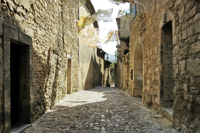 細い路地に敷かれた石畳、その両側に並ぶ石造りの古い家々の壁など、ラコスト村はすべてこの地で採取されたはちみつ色の石でできています。風情ある石畳の細道、はちみつ色をした可愛らしい家々……。ラコスト村の中は、まるで絵本の挿絵のような美しさです。