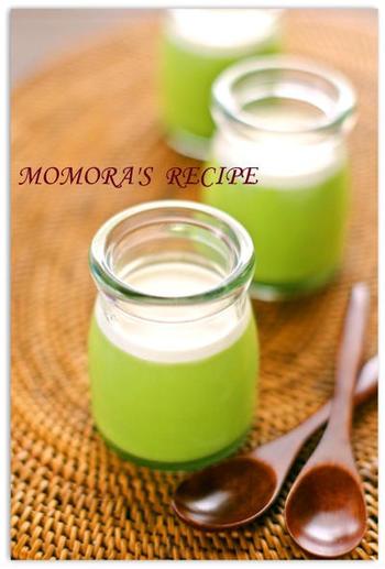 混ぜて冷やすだけでできる、ヘルシーふるふる濃厚な豆乳抹茶プリンです。鮮やかなグリーンの見た目が美しい。