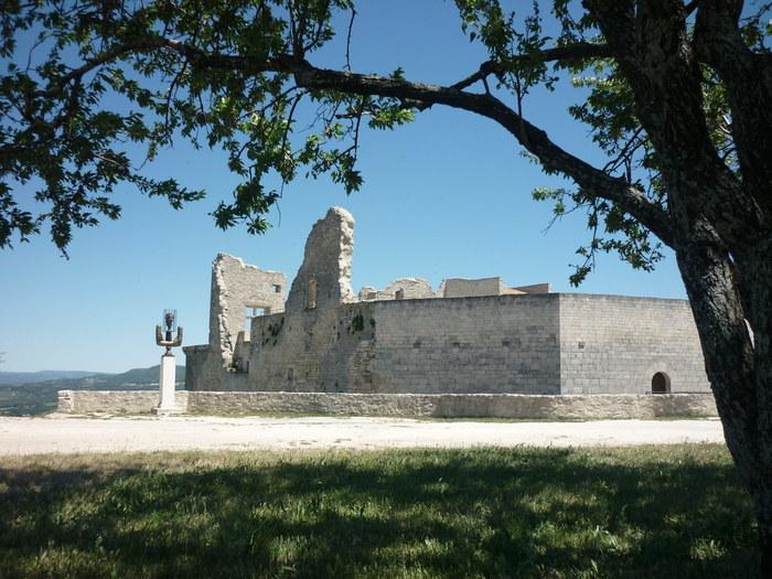 石畳の坂道を登り切った村の中心部には、廃墟となったサド侯爵の城址が残っています。かつては42部屋もあった巨大な城の面影は残念ながら見る影も無く荒廃していますが、ここからは雄大なプロヴァンスの田園風景を見渡すことができます。