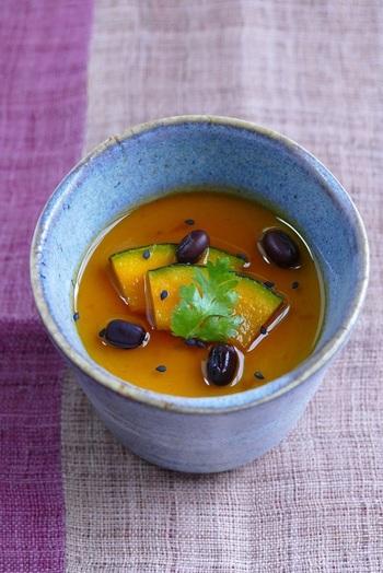 豆乳仕立てで優しい味わいの南瓜(かぼちゃ)プリン。カラメルの代わりにメープルシロップをかけていただきます。