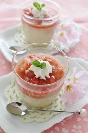 ほんのりイチゴが香るプリンに、フレッシュなイチゴソースをかけた春らしいデザート。見た目と味覚で春を楽しんで。