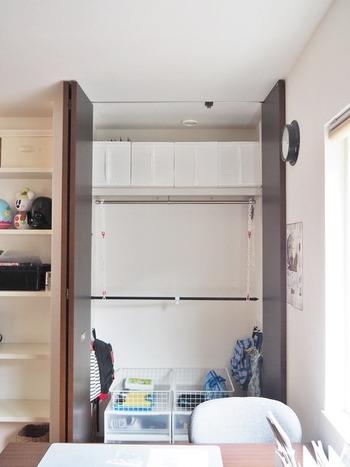 吊り下げる洋服が多くてポール1本でおさまりきらない時は、100均のチェーンと突っ張り棒で簡単に収納スペースを増やすことができますよ。