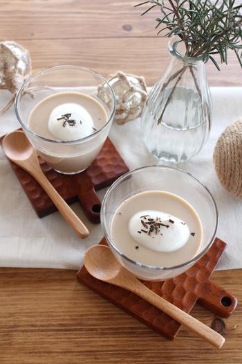 香ばしいほうじ茶と黒糖のまろやかな甘みのハーモニーが美味しいプリン。トッピングにもほうじ茶を振りかけると、香りも楽しめます。