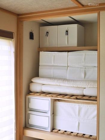 布団は使っている時に収納スペースが大きく空くので、ついそこに別のモノを片付けてしまいがち。いざ布団を収納しようとしたときに、「仕舞う場所がない!」なんてことにならないよう、定位置を決めてスペースを確保しておきましょう。