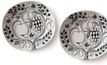 1881年にフィンランドで誕生したイッタラは、実用的かつシンプルで洗練されたテーブルウェアを手がけるガラスメーカーです。一方、アラビアは元々スウェーデンの陶器メーカーであるロールストランド社の子会社で、1990年にイッタラグループのブランドになりました。日常から特別な日まで幅広く寄り添ってくれる製品は、北欧の一般家庭から高級レストランまで、さまざまな場所で愛用されています。