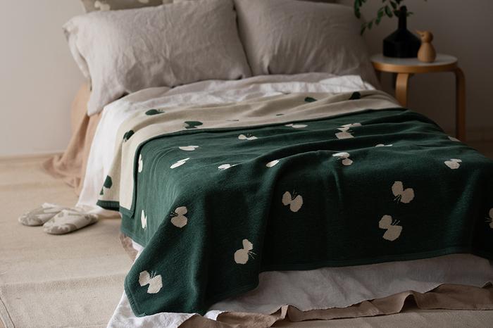 スウェーデンのテキスタイルブランドであるクリッパンは、自然素材のみを使って作られたオーガニックコットン100%のブランケットが有名です。2013年からはmina perhonen(ミナ・ペルホネン)のデザイナーである皆川明氏とコラボした製品を発表しており、日本でもさらに人気となっています。