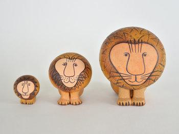 1931年にスウェーデンで生まれた陶芸家のリサ・ラーソンは、「世界で一番かわいいことを考えているおばあさん」と呼ばれています。陶芸を学んだ後にグスタフスベリ社に入社し、1980年からフリーとしての活動を始めました。愛らしい表情をした動物のオブジェや、ドレスの形をした花瓶など、温かみのある作風が人気を集めており、世界中に作品のコレクターがいます。