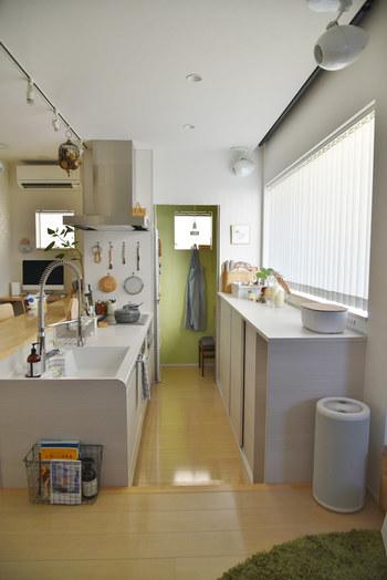 思い切ってキッチンマットを無くしてみませんか?マットが無ければ、洗濯の手間がなくなります。床に飛んだ水や油などはその都度サッと拭くようにすれば◎頻繁に拭き掃除ができるので、いつでもキレイな床をキープできます。