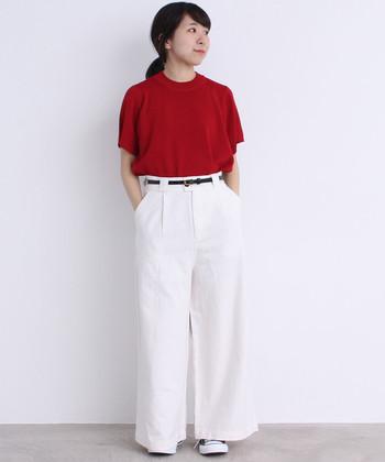 丈を長めにアレンジした白パンツ。ほんのすこし見えているのがスニーカーで、安定感があります。細いベルトでウエストマークしてスタイルよく。