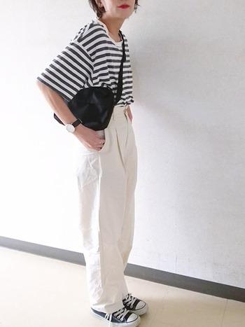 フルレングスの白パンツと長めの半そでボーダーでカジュアル感の強いコーデに。足がすらりと長く見えますね。
