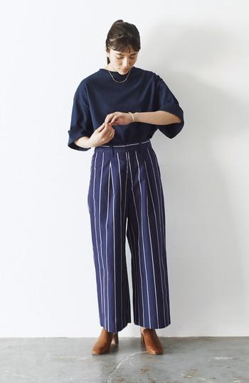 肌に付かず離れずさらっと着られるワイドパンツは、暑さが辛い時期に重宝するアイテム。腰高デザインを選んで、スタイル良く見せましょう。