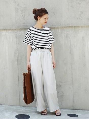 すこし落ち感のある素材を使った白パンツは、ボーダーカットソーと合わせて、爽やかな夏らしいコーディネートに仕上がりました。