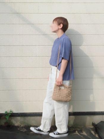 足元をスニーカーにすると、コーディネートの重心がぐっと下がるので、白パンツがより軽やかに見えます。