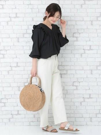 フリルのついたトップスとまんまるのバッグがとても可愛らしい大人のスイートコーデ。白パンツをチョイスすることで、すっきりと仕上げています。