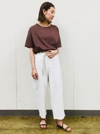 足元を軽めのサンダルにすると、長めの白パンツも軽やかに着こなすことができます。トップスとサンダルの色味を合わせると、まとまりよく見えます。