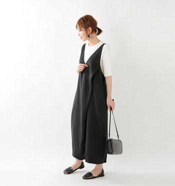 黒のサロペットに白の五分袖トップスを合わせたコーディネートです。シューズも黒で合わせて、ナチュラルなモノトーンコーデにまとめています。グレーの総柄バッグで、シンプルになり過ぎないようワンアクセントをプラス♪