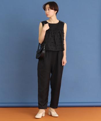 ノースリーブの黒サロペットパンツなら、一枚で着るだけでコーディネートが完成します。ベージュのパンプスと黒のショルダーバッグを合わせれば、ライトなフォーマルスタイルとしても活用できます。