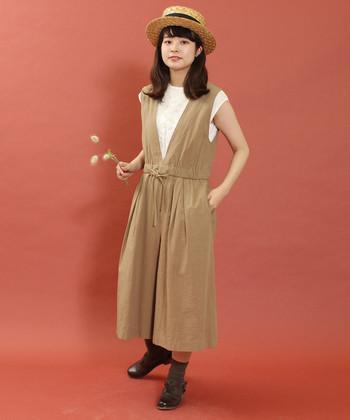 キュロットタイプのサロペットパンツは、ナチュラルにもガーリーにも合わせやすいデザイン。白のフレンチスリーブトップスを合わせて、大人ガーリーにまとめています。足元はブラウンのシューズと靴下で、統一感のあるスタイリングに。