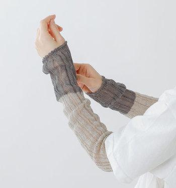 麻糸でゆるく編まれたこちらのアームカバーは、薄手のリネンでサラリと着用できるのが特徴のアイテムです。トーン違いのグレーのバイカラーで、シンプルコーデをアップデートする役割も◎