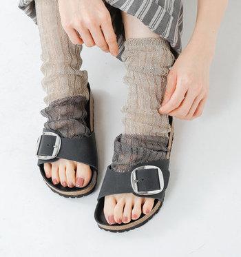 レッグウォーマーとしても使える2wayアイテムなので、靴下代わりにサンダルと合わせるスタイリングも素敵です。