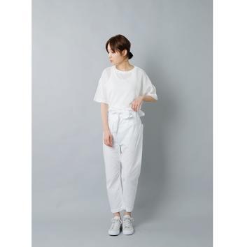 ウエストには共布の可愛らしいベルトをあしらって。白+白コーデはアクセントを作るのが難しいものですが、もともとのデザインにぱっと目を惹くところがあると、着るだけで素敵コーデが完成します。