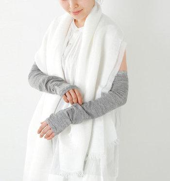 リネン素材で清涼感のあるつけ心地が魅力的な、ロング丈のアームカバーです。メッシュ編みを採用しているため、日よけ効果を発揮しつつ暑さを軽減してくれます。