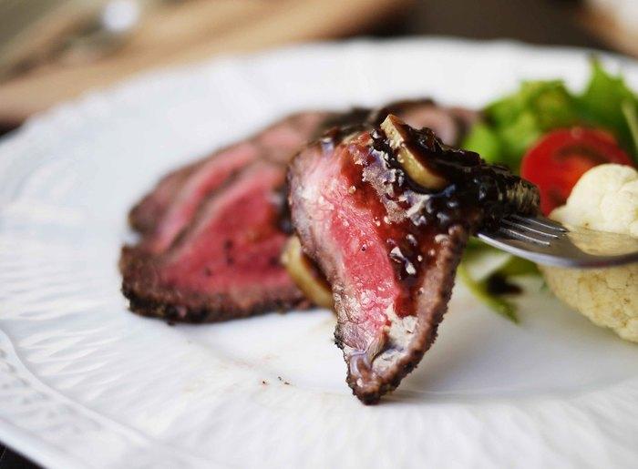 お肉を焼いた肉汁に、バター、バルサミコ酢、にんにくを加え、軽く煮絡めるだけで、とっても美味しいステーキソースに! ステーキは勿論、ローストビーフにも良く合います。ソースには肉汁も入っているため冷めると固まりやすいので、お料理ごとにすぐ使い切るのがオススメ!お肉のうまみを引き立ててくれるバルサミコ酢のソース。定番のお気に入りレシピに加えてみませんか!