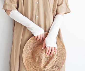 綿100%のこちらのアームカバーは、裏側に接触冷感作用を施した暑い夏にぴったりなアイテムです。肘下丈の程よい長さなので、七分丈のアイテムと合わせて、長袖インナー風に着こなすのもおすすめ♪