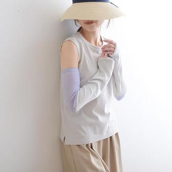 肌に触れる部分に接触冷感糸を採用し、ヒンヤリとした感覚を味わえるアームカバーです。薄いグレーとパープルのツートンカラーで、半袖やノースリーブスタイルに彩りをプラスしてくれます。