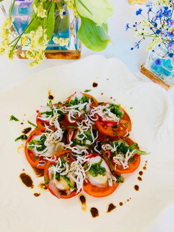 スライスしたトマトに、タコと釜揚げしらす、青じそをトッピングした一品。 サッパリとした中にもコクがあるバルサミコ酢ドレッシングで召し上がれ!バルサミコ酢の酸味がトマトとタコに良く絡み、青じその香りとしらすの旨味がベストマッチ。いくらでも食べられちゃう美味しさです!他にも、白身魚やホタテなどにも良く合いますよ♪