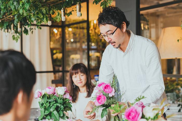 品種や香りの特徴を一つひとつ説明する青山フラワーマーケット ブランドクリエイターの江原さん。 今回のコラボに賛同をしたのは、〈ボタニフィーク〉シリーズが中身の植物由来成分や香りにとてもこだわって商品開発をしていると知り、「花屋としてのこだわりをぶつけられそう」とわくわくしたからだそう。