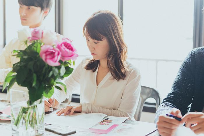 """〈ボタニフィーク〉ブランドマネージャーの緒明さん。 青山フラワーマーケットが掲げるコンセプト""""Living With Flowers Every Day""""にとても共感し、同じように「日常に花を取り入れること」を提案している〈ボタニフィーク〉との相性の良さを感じてコラボをお願いすることに。"""
