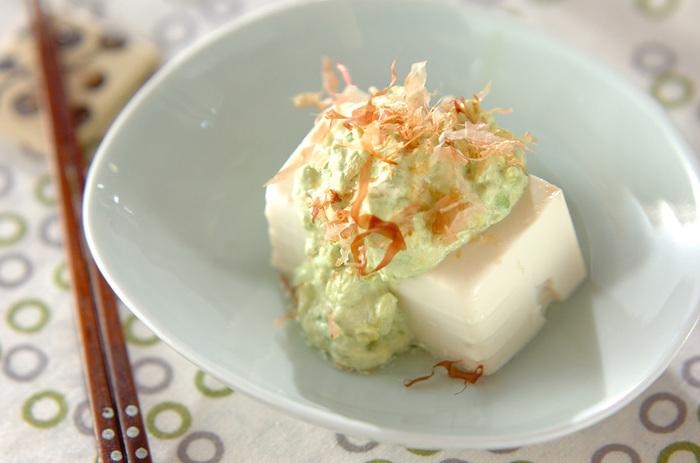 """""""食べる美容液""""と呼ばれるアボカドを使った「アボカドディップの冷奴」は、女性に嬉しい栄養素がたっぷり!クリーミーなアボカドと豆腐にわさびしょうゆのアクセントがおいしいレシピです。"""