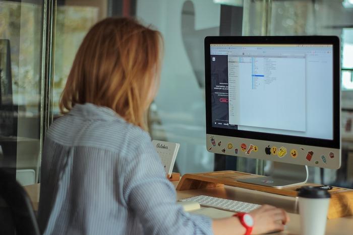 近年、働く女性たちの中でも一般的に浸透しているオフィスカジュアル。ビジネスカジュアルとも呼びますが、なんとなくのイメージはあるものの、解釈は職場によって様々で、定義が定まっているという訳ではないのが現状。特に夏は、快適さを求めるあまりラフになりすぎてないか?ちょっと心配になってしまうという方もいるかもしれません。