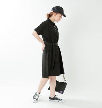 黒のポロシャツワンピースに、小物も黒でまとめたダークトーンコーデ。素足で肌色をしっかりアピールすることで、全体を黒で揃えても重く見えない着こなしが叶います。