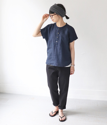 フレンチスリーブが可愛らしいネイビーのリネンシャツに、黒パンツを合わせたスタイル。ともすると重たく見えがちな濃い色コーデも、リネン素材ならその独自の生地感で軽やかな印象に♪