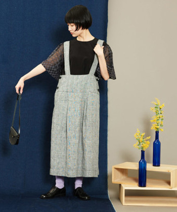 黒のトップスに、グレーのスカートを合わせたコーディネートです。暑苦しく見えがちなカラーの組み合わせですが、黒トップスを透け素材にすることで、軽やかさが高まりますね♪