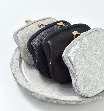 レザー素材で作られた、手のひらに収まるサイズのコンパクトながま口財布です。グレーやブラックというベーシックカラーだけでなく、キラキラと目を惹くシルバーカラーも素敵ですね。
