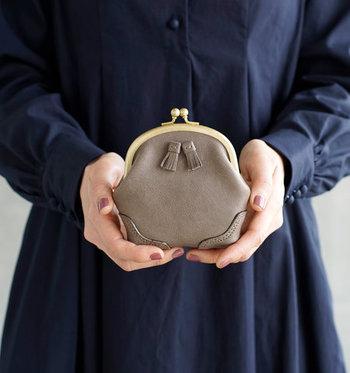がま口にタッセルをあしらった、クラシカルなデザインが素敵なアイテム。実はお財布ではなくポーチですが、両手に収まるサイズ感でコインケースとしても活用できます。
