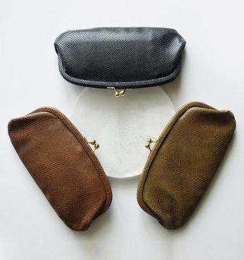 牛革を使用した、ロングタイプのがま口財布です。金運上昇に演技がよいとされている、ヘビ柄を型押しした上質なデザインになっています。