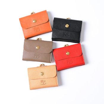 がま口と二つ折り財布が合わさった、コンパクトサイズのお財布。全8色とカラーが豊富で、落ち着いた大人色だけでなくブルーやピンクなどのキュートなカラーも揃っています。