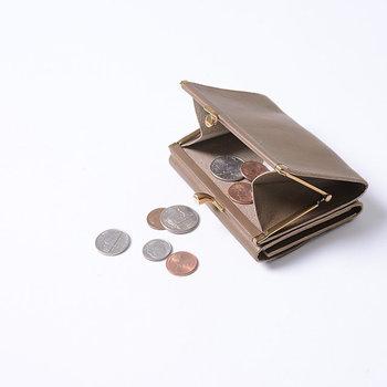 がま口部分がコインケースになっていて、二つ折り部分がフラップタイプのお財布に。お札をサッと出し入れしやすく、カードもしっかり収納できます。