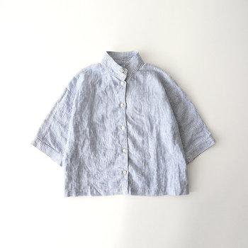湿度が高い日は、会社に着くまでに汗がじんわり。衣服がぺっとり体にまとわりつくのは、本当に嫌なものですよね。そんな不快を少しでも軽減するために、夏こそ重視したいのは素材。吸湿・放湿性に優れた麻は、見た目にも爽やか。程よくきちんと感あるスタンドカラーシャツは首の後ろの日焼け対策にもなっておすすめです。