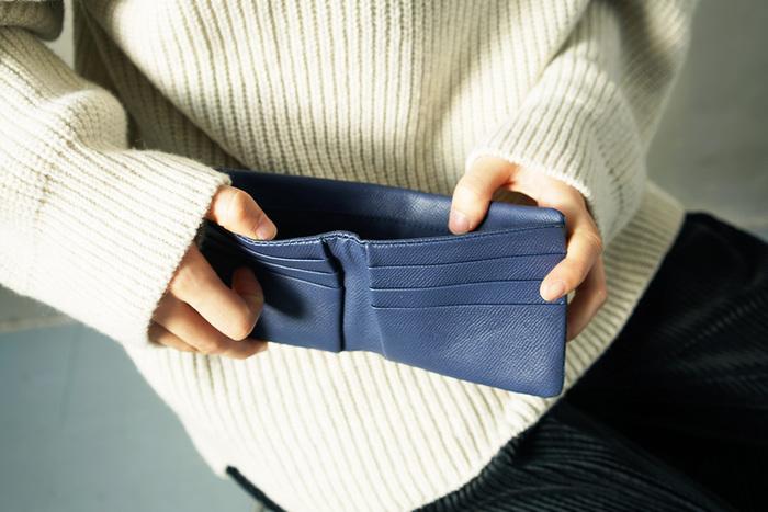 がま口を中心に、一つの袋のようになっている小銭入れ。そしてサイドにはお札入れが配置され、カードケースもしっかりと用意されています。小ぶりなサイズ感なのに、収納力の高いがま口財布です。