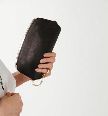 日本製にこだわり、牛革を使用してふっくらと丸みのあるデザインに仕上げたがま口財布。赤・青・黒のベーシックな3色が揃っています。