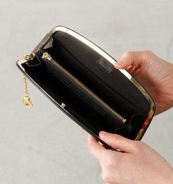 中央には、ファスナータイプの小銭ポケットが設置されています。これなら小銭が落ちる心配もないので、安心して持ち歩くことができます。カードポケットは全部で10カ所。